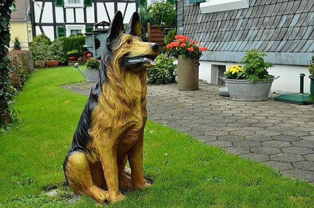 """""""Hier wache ich"""" ... Holzhund in einem Vorgarten"""