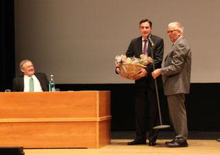 Mitgliederversammlung  12. Mai 2015  Congress Union Celle, Fritz Stegen überreicht David McAllister einen Präsentkorb, links im Bild: Hans Georg Hassenpflug