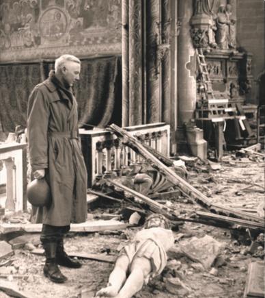 Frederick McDonald betrachtete das zauf dem Boden liegende Kreuz in der verwüsteten Liebfrauenkirche