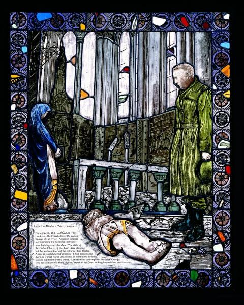 """Das von Peter Eichhorn geschaffene Glasbild zeigt McDonald 1945 in der Liebfrauenkirche. In das Bild eingearbeitet sind die Scherben. Es st eines von 25 Kunstwerken der Ausstellung """"Remembered Light"""". (Bild: The Interfaith Center at the Presidio)"""