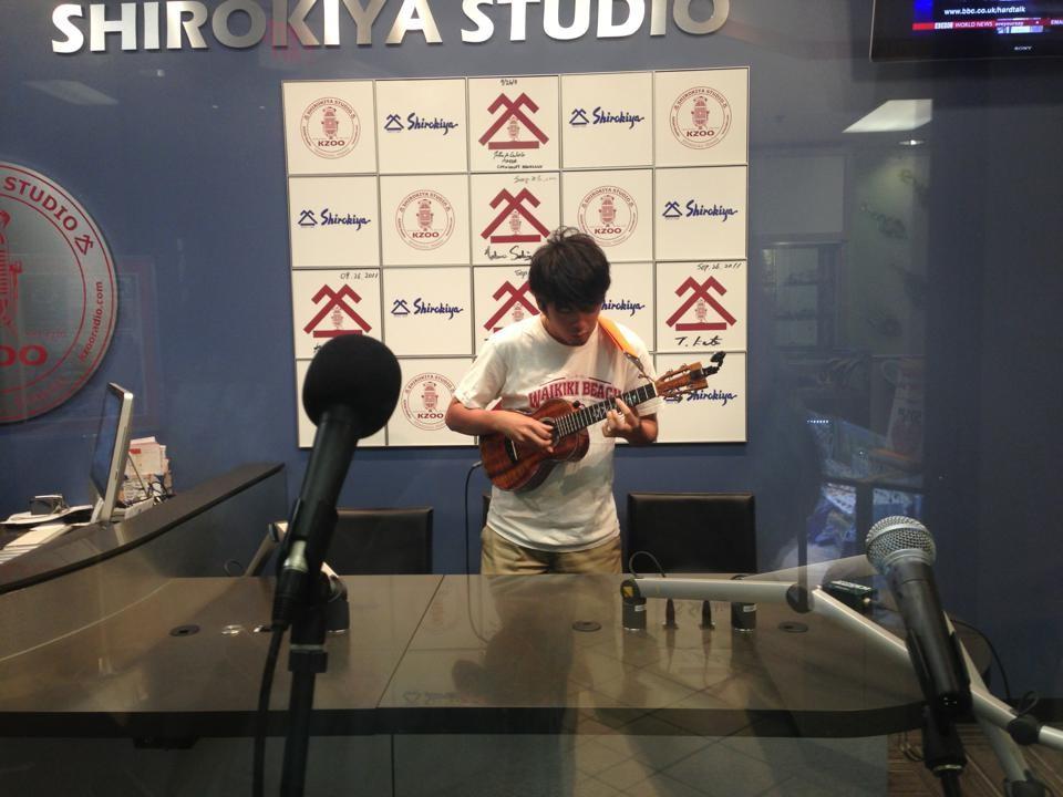 KZOO ラジオ局での収録風景