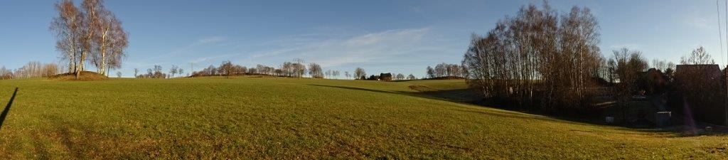 Mehrere kleine bewaldete Hügel lassen ehemalige Bergbauhalden erahnen