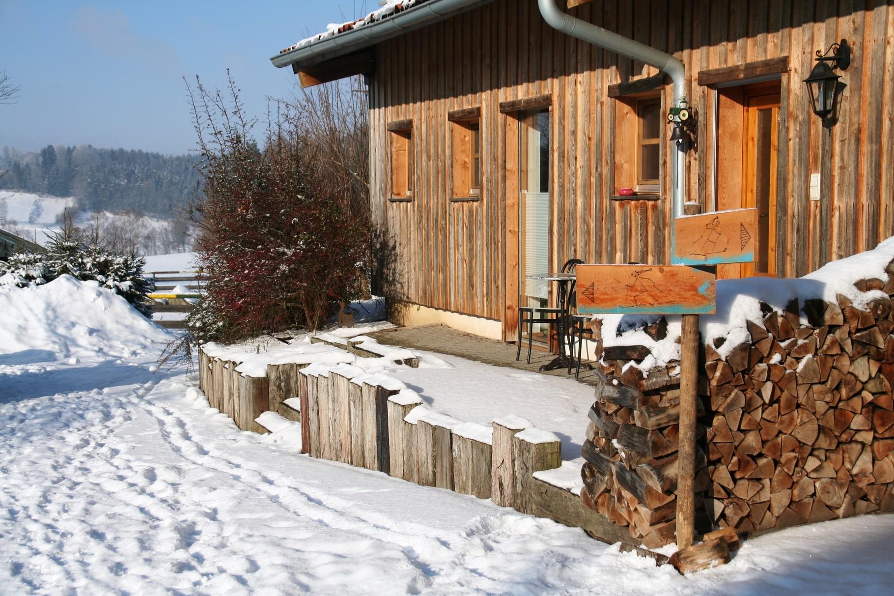 Wenn genug Schnee liegt, treffen sich auf dem Hof zwei Rund-Loipen ©KnallerbsenHof