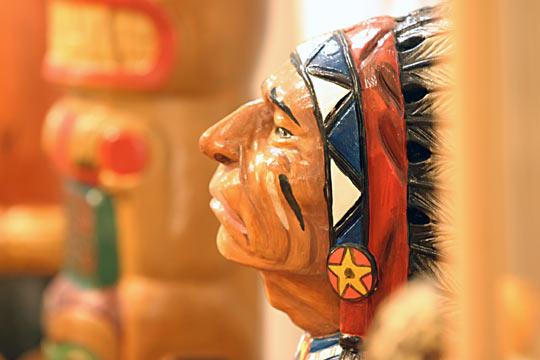Diverse Skulpturen, Masken und Totems aus der Indianerzeit