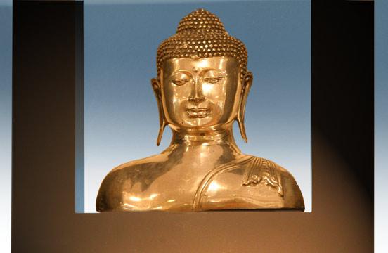 Versilberte Bronzefigur, schwarzer Rahmen mit elektrischer Beleuchtung