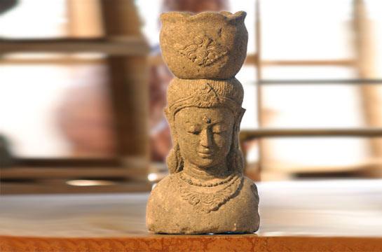 Buddhafigur aus Sandstein mit Topf