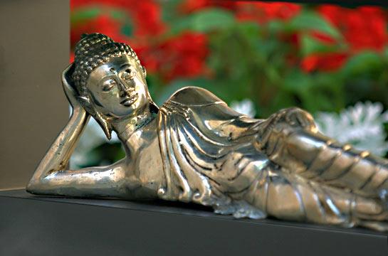 Liegender Buddha, versilberte Bronzefigur, schwarzer Rahmen