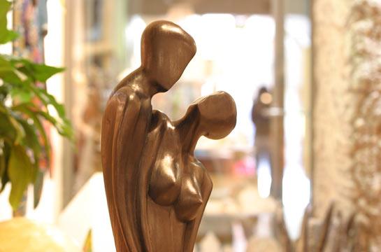 Diverse erotische Holzfiguren in natur oder schwarz von 30cm bis 1m