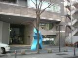 街路樹と青いオブジェが目印