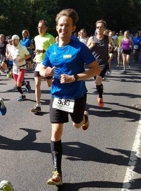Julian Geher bei der Teilnahme am 42. Hausener Volks-Waldlauf auf der Halbmarathonstrecke.