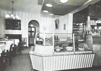 Innenraum mit Theke- links das Bild müsste die Liebensteiner Hufschmiede gewesen sein  - Archiv W.Malek