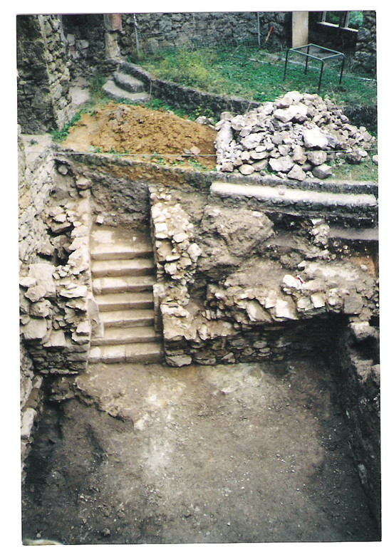 Ausgrabungen eines Kellers im inneren Teil der Burgruine