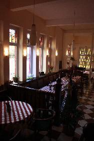 Brasserie im Lichterspiel der ehemaligen Kirchenfenster
