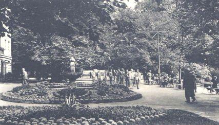 Kurgäste flanieren im Park - Archiv - W.Malek