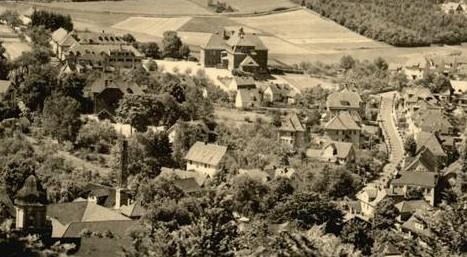 Volksschule von der Burg fotografiert vor 1945, es wurde versucht, den Schlot vom Badehaus zu retuschieren