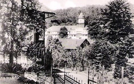 Blick vom Brunnenweg auf Hotel Kaiserhof, links Villa Helene, vor dem Kaiserhof Dach von Haus Knechtsches Haus - Archiv W.Malek