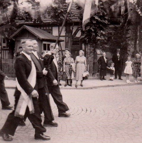 """Vorne Georg Hartmann, der Vater von Helmut - 1957 am Hotel """"Zum Löwen"""" -  Archiv G.Eisenbrandt"""