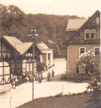 Brunnenausgabe am ehemaligen Badehaus - Aufnahme 1928 - Archiv W.Malek, Geschenk Jürgen Roth - beachtenswert ist der Zustand des Hauses Erika rechts