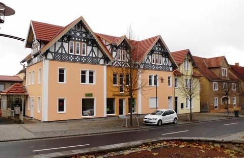Das kleinere Gebäude in gelb beherbergte Trude Pfochs Kurzwarenladen - Aufnahme März 2013