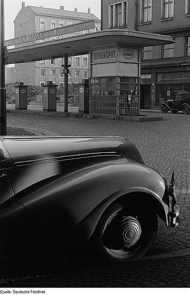 Teilansicht eines parkenden BMW 340 vor einer Tankstelle der Deutsch-Russischen Naphta AG, Leipzig, 1951