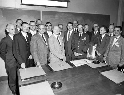 Helmut Hölzer schaut über die linke Schulter des Uniformträgers General Medaris