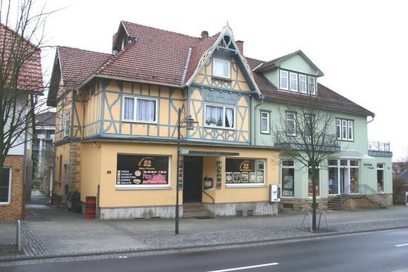 rechts neben dem Theatercafe die Apotheke zur Heilquelle, erbaut 1907 von Oskar Biedermann