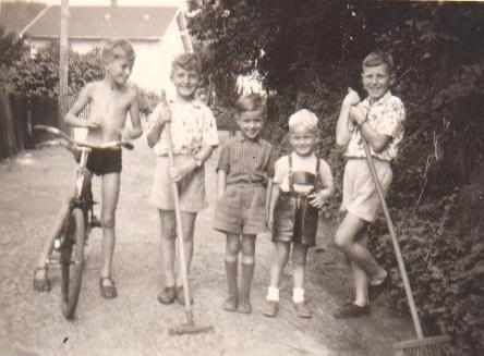 Haus Optiker Müller im Hintergrund - Aufnahme 1958 - Aschenbergstr. - Höhe Helmut Hartmann