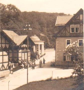 Blick von der Villa Linsser auf die Brunnenausgabe, rechts Haus Erika 1928 - Archiv W.Malek ( Geschenk von  JürgenRoth)