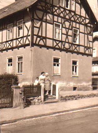 Haus in der Rohstraße, Gisela Claus mit Tochter Brigitte und Auguste Claus - Sammlung Brigitte (Claus) Huhn