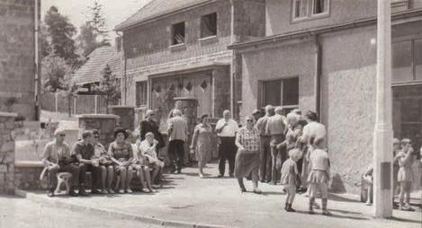 rechts die Stadtbücherei, heute Asia-Express, links Wohnhaus Helga Walther - Archiv W.Malek