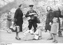 Zusteller mit Päckchen 1946