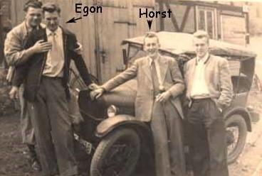 Horst Sutor und Egon Streck mit Oldtimer - Archiv Vaiko Weyh