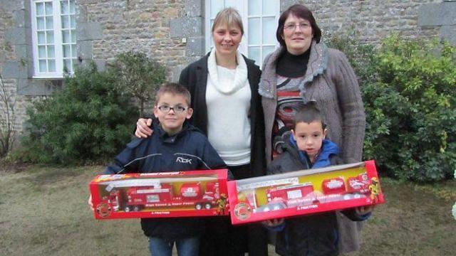 Lorenzo et Alban ont reçu le même cadeau, un camion remorque, des mains de Sandrine Lemarié (à gauche) et Catherine Duval (à droite).