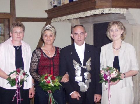 2004: Das Königspaar Clemens und Annette Osthues mit den Ehrendamen Annette Woort (li) und Gitte Schäfer (re.)