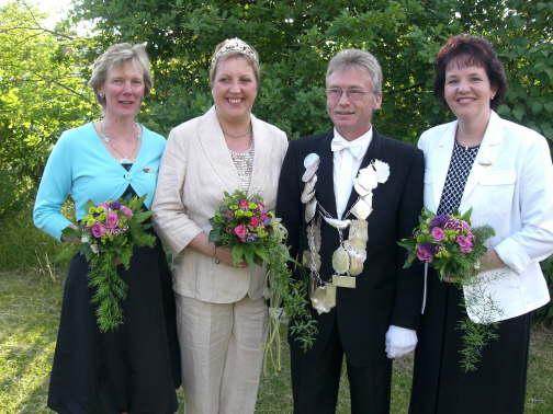2008: Das Königspaar Josef und Hedwig Lohmann mit den Ehrendamen Uschi Althoff und Karin Hagelschuer.