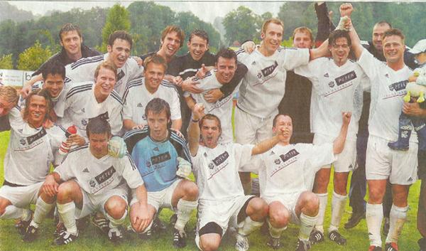 Zurück in der 2. Liga: Der FC Willisau feiert nach dem 3:1-Sieg gegen Eschenbach den direkten Aufstieg und den 3. Liga-Meistertitel.