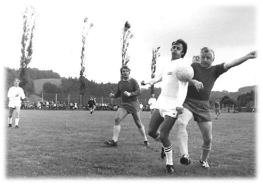 1971: Sportplatzeröffnung Schlossfeld, Toni Steinger im Zweikampf (rechts)