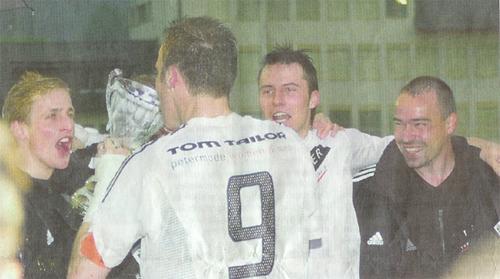 Umjubelter Schluck aus dem 3. Liga-Meisterpokal von Captain Patrick Rölli.
