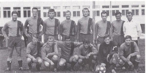 Mannschaftsfoto Saison 1966/67, mit Trainer Beat Meyer und Coach Didi Eberhard