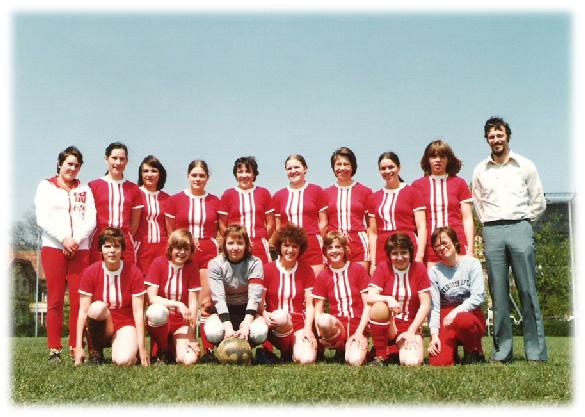 Das Damen-Team des FC Willisau in der ersten Meisterschaftssaison mit dem Trainer Peter Kuster