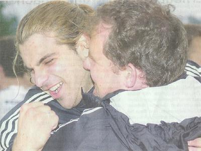 Der junge Willisauer Turgut Oezgür, hier umarmt von Pius Stauffer, kann den Aufstieg noch gar nicht fassen.