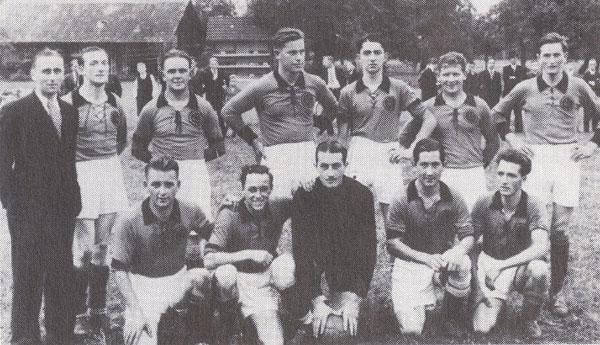 Mannschaftsfoto Herbst 1938 mit Trainer Peter Arnold