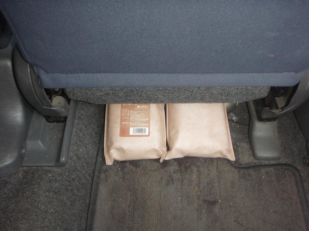 炭八 車のシートの下に~タバコ等の消臭効果に