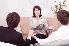 Zwei Männer im Gespräch mit der Paartherapeutin