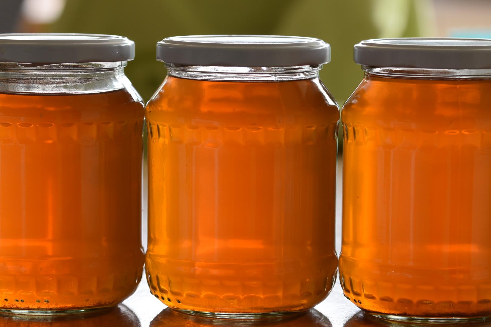 Gemüsefond fertig gekocht, warm abgefüllt in Gläser und im Kühlen haltbar einige Wochen.
