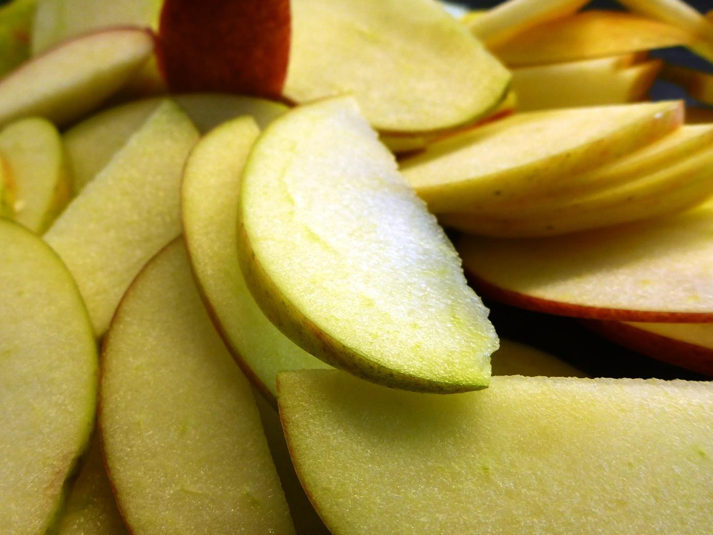 Apfel einfach mit Schale in Auflauf oder Strudel geben. Schmeckt lecker und zudem noch vitaminreicher.