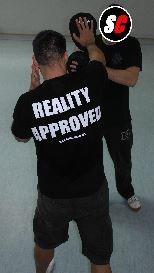 Trainierende Person ist auf die Pratze ausgerichtet.