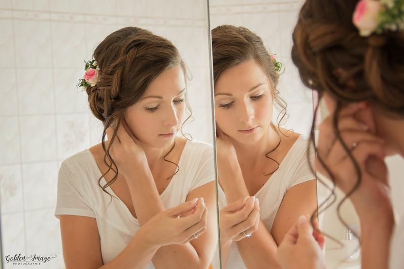 Die Braut beim Getting Ready- legt ihre Ohrringe an