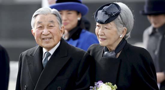 L'empereur du Japon, Akihito and l'Impératrice Michiko à l'aéroport de Tokyo Haneda (27 janvier 2016)