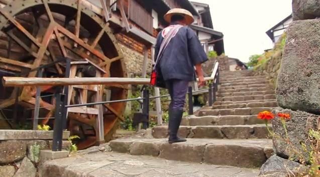 Le Facteur de Magome gravissant les marches du Masugata
